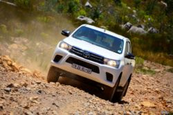 off road test hilux 2x4 front view action